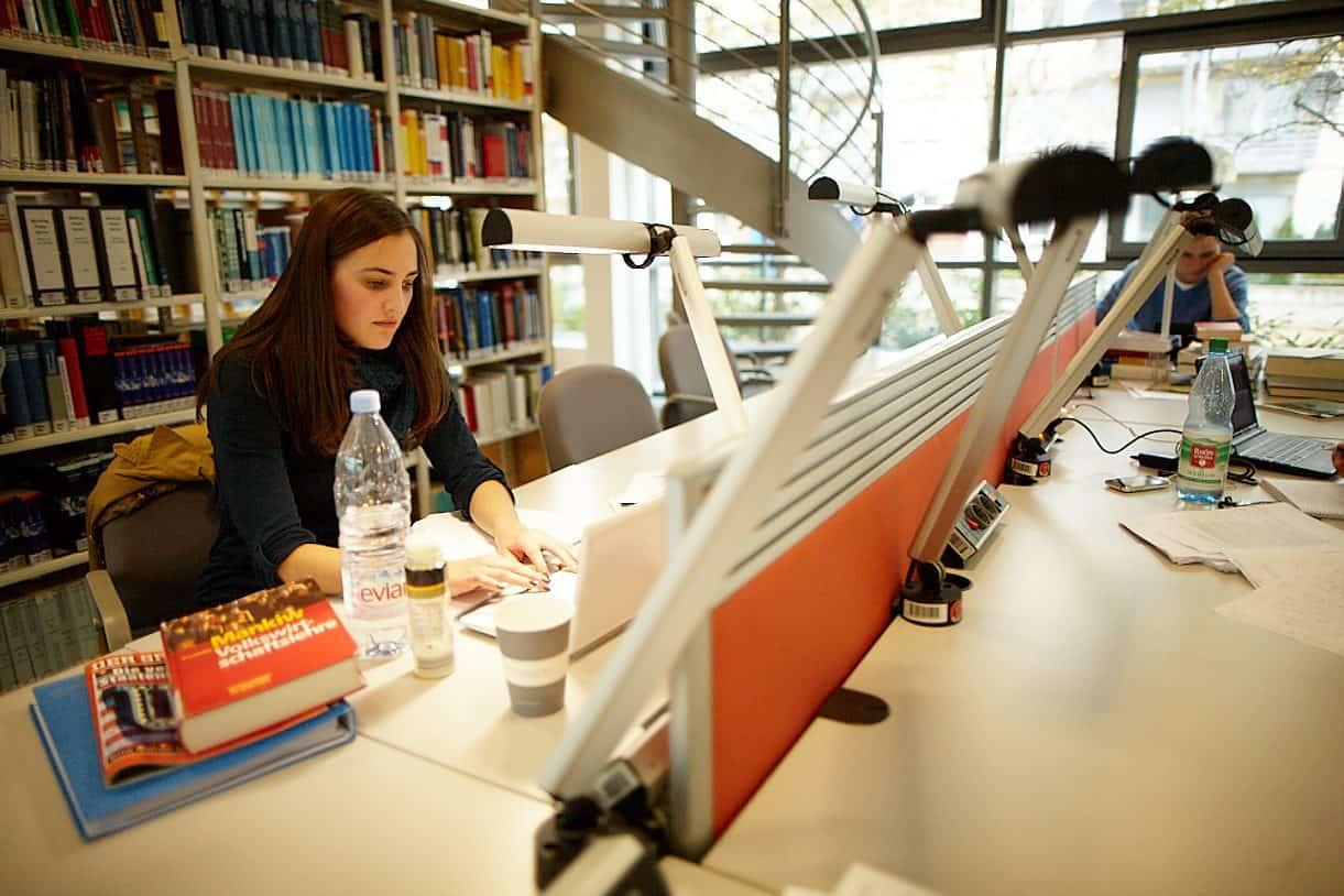 Student at Frankfurt School library